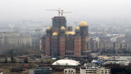 """Катедралата """"Спасението на народа"""" в Букурещ, чийто строеж започна през 2011 г., трябва да бъде окончателно завършена през 2024 г."""
