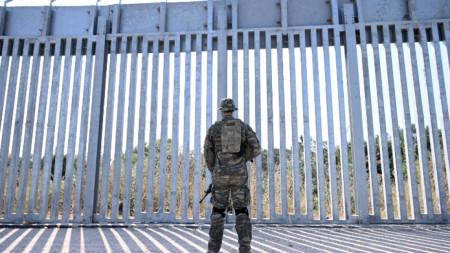 Гръцки войник стои пред оградата по протежение на река Марица на границата с Турция, 1 септември 2021 г.