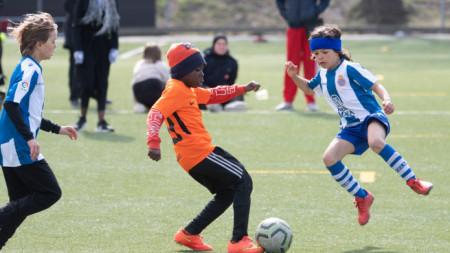 Деца в Швеция играят футбол (18.03.2020г.)