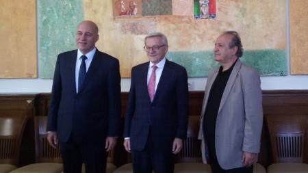 (отляво надясно) Ректорът на ИУ проф. д-р Пламен Илиев, Д-р Волфганг Шусел, художникът Стоимен Стоилов