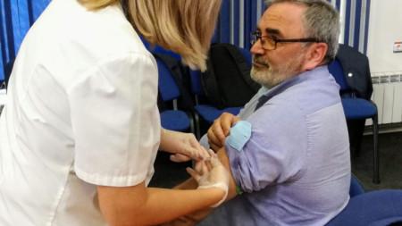 Д-р Ангел Кунчев показа, че препоръчва  антигрипната ваксинация не само на думи