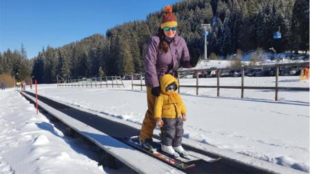 Яна Перчева-Барлаген качва на ски и 2-годишни