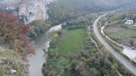 Преди Луковит река Златна Панега образува живописен пролом, който привлича туристите.