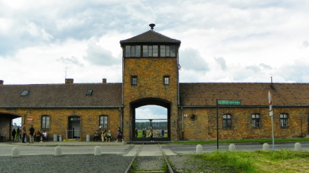 "Главен вход към ""Аушвиц II – Биркенау""."