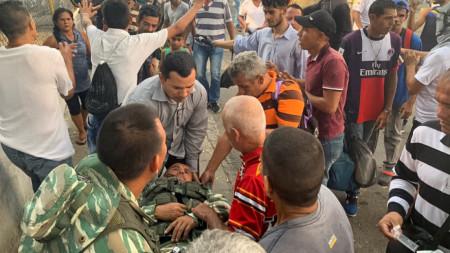 Евакуират ранен венецуелски военен е евакуиран след сблъсъци между националната гвардия и демонстранти в Урена, на границата с Колумбия.