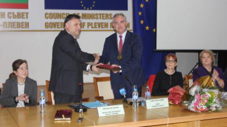 Областният управител Мирослав Петров връчи Огърлието - символ на община Плевен, на Георг Спартански