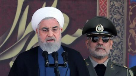 Президентът на Иран Хасан Рохани (вляво) говори на откриването на военен парад в Техеран.