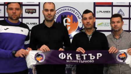 Томаш (вторият отдясно) се завърна в Етър.
