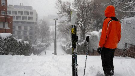 Улица в Мадрид се е превърнала в истинска писта за ски, 9 януари 2021 г.
