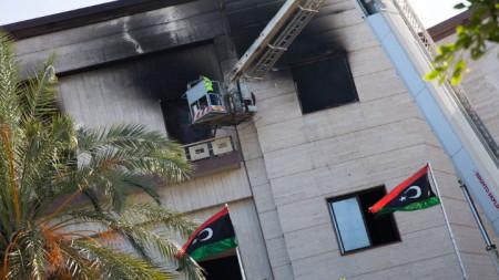 Либийски огнеборци работят по сградата на външното министерство в Триполи след джихадистката атака