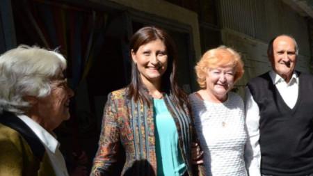 Веселина Ботева (в средата) с хора, които получават патронажна грижа