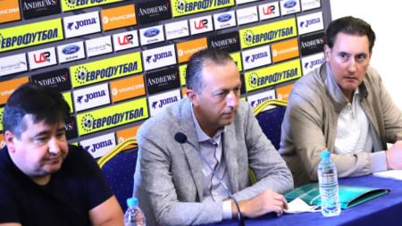 Кирил Домусчиев, Атанас Фурнаджиев и Атанас Караиванов (от дясно на ляво) дадоха пресконференция.