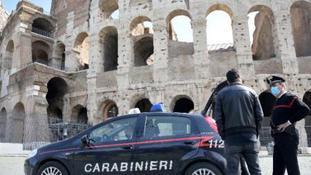 Контролно-пропускателен пункт и карабинери близо до Колизеума в първия ден от срока на