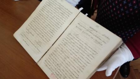 """Ученици от 125 СУ осиновиха """"Арапско баснословие за 1001 нощ"""" от фонда на НБКМ"""
