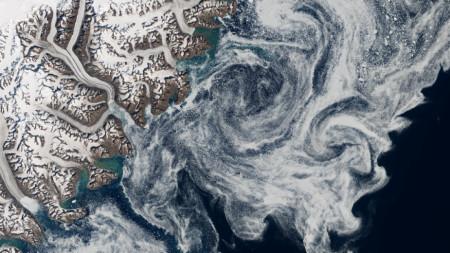 Сателитна снимка показва леден блок, който се е откъснал от бреговете на Гренландия и е навлязъл навътре в океана
