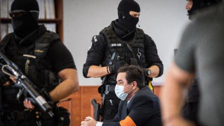 Мариан Кучнер (в средата) в съда през септември 2020, когато беше оправдан за убийството на Ян Куциак и годеницата му поради липса на доказателства