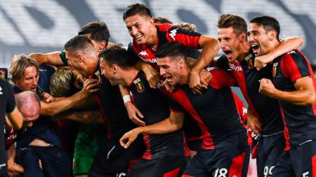 Футболистите на Дженоа ликуват след края на мача заедно с треньора си Давиде Никола.