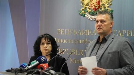 От своя страна, енергийният министър Теменужка Петкова посочи, че регулаторът е този, който определя цените на електроенергията