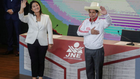 Кейко Фухимори - дъщеря на бившия президент Алберто Фухимори, и новакът в политиката Педро Кастильо преди дебата им на 30 май.