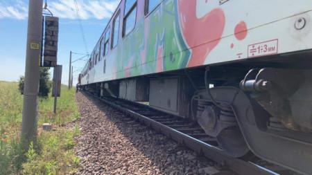 Причината за спирането на влака е повреден локомотив.