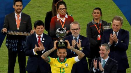 Дани Алвеш ликува с трофея за най-добър футболист на Копа Америка.