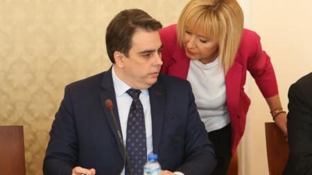 Мая Манолова и министър Асен Василев преди заседанието на временната комисия по ревизията в Народното събрание.
