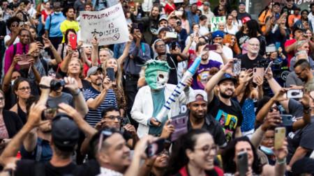 Протест в Ню Йорк срещу задължителната Covid ваксинация на здравни служители и учители