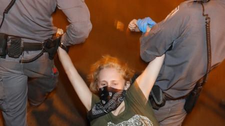 Полицаи арестуват демонстрантка в Израел - 17 октомври 2020 г.