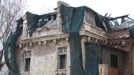 Рушащата се къщата на Иван Гешов в центъра на София
