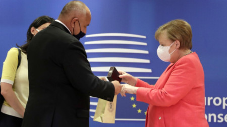 Бойко Борисов дава подарък на Ангела Меркел преди срещата на Европейския съвет
