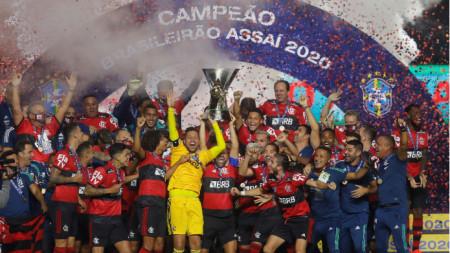 Футболистите на Фламенго ликуват с трофея.