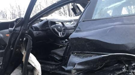 Смачканият автомобил, в който трима младежи загинаха на място, а двама са в тежко състояние след катастрофа на черен път между селата Ветрен и Нова махала, общ. Николаево.