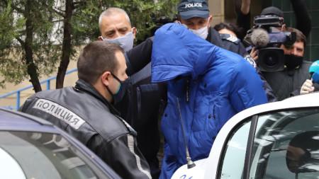 Извеждат от полицейското управление Кристиан Николов, който блъсна с джипа си автомобила на журналиста Милен Цветков - 20 април 2020 г.