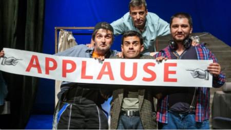 """Здравко Здравков (в средата) в сцена от спектакъла """"Една крачка напред"""" от Стефан Стефанов"""