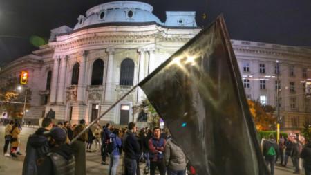 """Блокираното кръстовище пред ректората на Софийския университет """"Свети Климент Охридски"""" при предишен протест."""