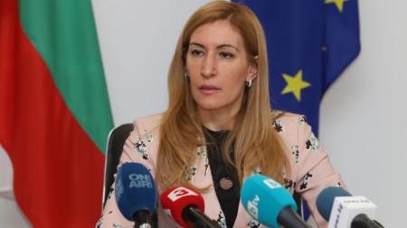 Министър Ангелкова даде брифинг в София след срещата с български хотелиери и туроператори.