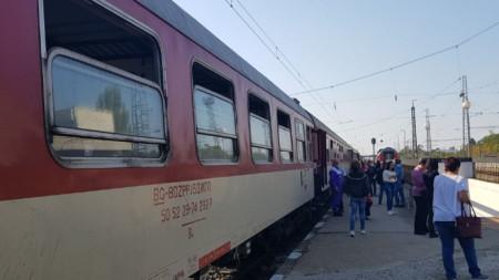 Блокираният влак недалеч от гарата в Левски