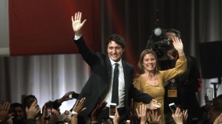 Джъстин Трюдо и съпругата му приветстват привърженици в Монреал след излизане на първите прогнозни резултати от изборите в Канада.