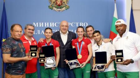Красен Кралев с медалистите в бокса.