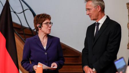 Анегрет Крамп-Каренбауер гостува на генералния секретар на НАТО Йенс Столтенберг в неговата резиденция в Брюксел.
