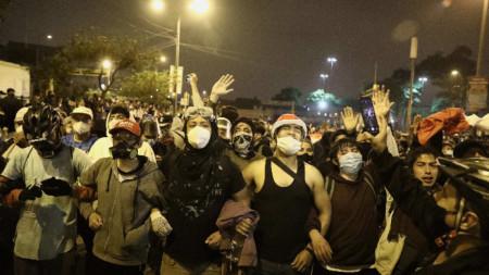 Ежедневните протести в Перу, след като парламентът гласува отстраняването на бившия президент Мартин Вискара.
