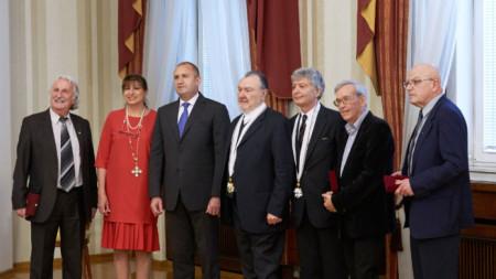Президентът Румен Радев връчи високи държавни отличия на шестима изтъкнати творчески дейци и общественици, допринесли за културното развитие на страната.