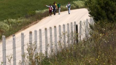 Мигранти вървят край Орестиада, на около 800 метра от границата с Турция, след незаконно влизане в Гърция през река Марица.