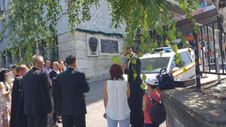 """На церемонията по предаване на линейката автомобилът бе осветен от свещеник от храм """"Покров Богородичен""""."""
