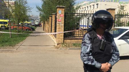 Полицай пред училището в Казан, 11 май 2021 г.