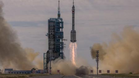 """Изстрелването кораба """"Шънчжоу-12"""" от космическия център в пустинята Гоби."""