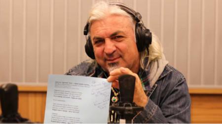 """Васко Кръпката с текста на песента """"Урок по """"кръпка"""" блус – карай както знаеш..."""", написана от Кирил Калев"""