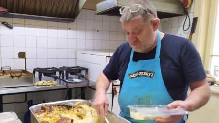 Васил Бурановски, готвач - храни бедни