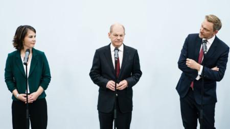 Олаф Щолц (в средата), Аналена Бербок (вляво) и Кристиан Линднер - лидерите на трите партии, започващи преговори за коалиция, 15 октомври 2021 г.