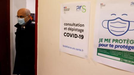 Френският здравен министър Жан-Мишел Бланкер на инспекция в лицей в Париж